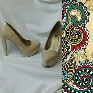 CHARLOTTE RUSSE Pin Up Style Pumps